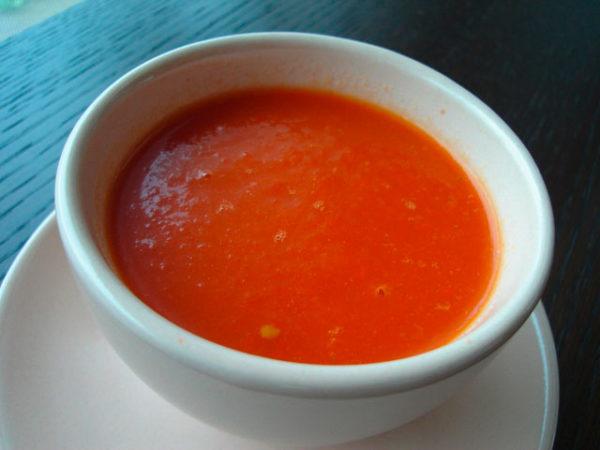 Misosuppe in weißer Suppenschale