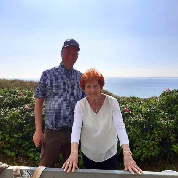 Mutter und Sohn, Meer und Landschaft im Hintergrund