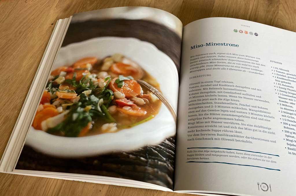 aufgeschlagenes Kochbuch, Miso-Minestrone Rezept