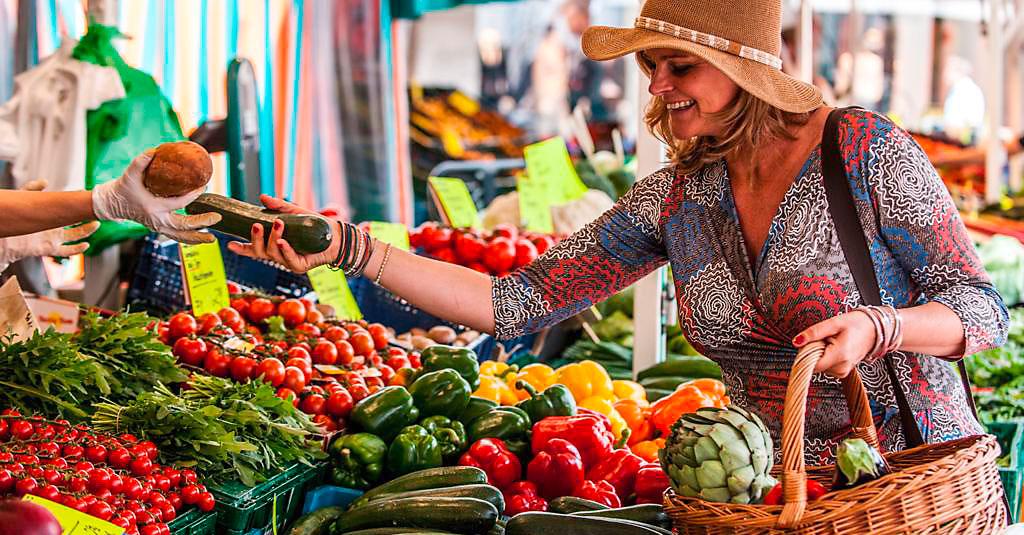 Frisches Gemüse einkaufen auf dem Markt